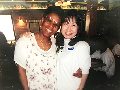 介護助手認定のパーティーにて。講師のMrs. Andersonと共に。