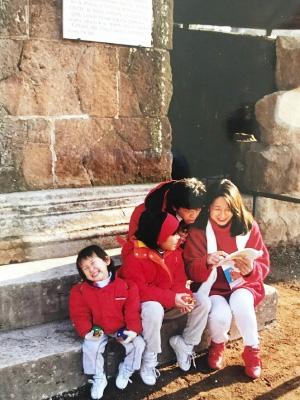フォロロマーノ遺跡にて,子どもたちと