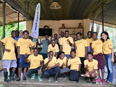 画像:小さな教育プログラムからバナナペーパー事業へ